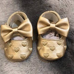 Other - Gold heart baby shoe with bow detail